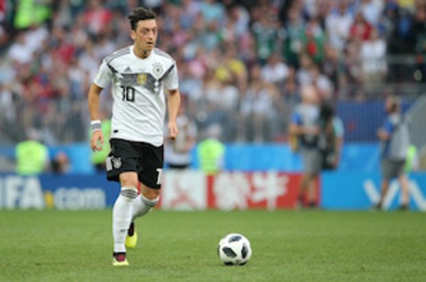 rassismus fußball Mesut-Özil Reinhard-Grindel